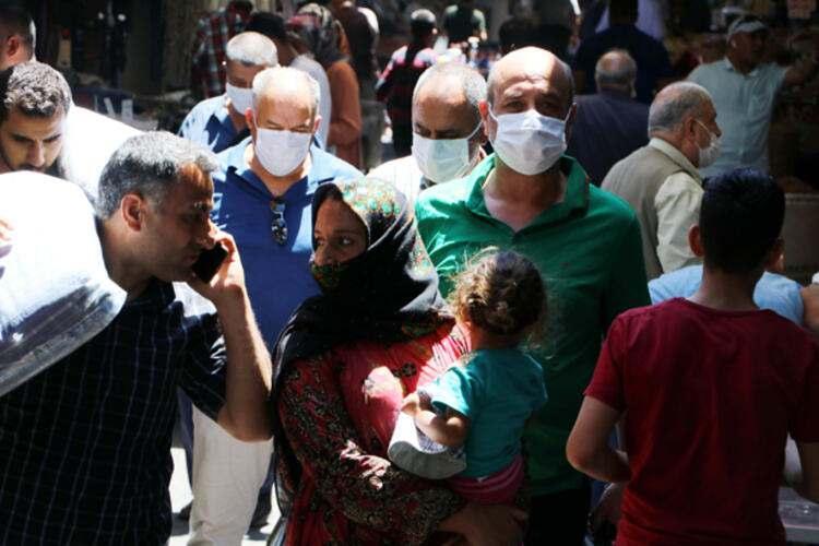 <p><strong>ZONGULDAK VALİLİĞİ'NDEN KURBAN BAYRAMI KARARI</strong></p>  <p>Zonguldak'ta Kurban Bayramı öncesi özellikle son bir haftada vaka sayısı artışa geçti. Vaka sayısı bin 29'u bulurken, koronavirüsten ölen kişi sayısı ise 71'e yükseldi. Son olarak Giresun'a düğüne giden bir aileden 5 kişide koronavirüs tespit edildi. Aile bireyleri evde ve hastanede tedaviye alındı. Zonguldak Valiliği İl Umumi Hıfzıssıhha Meclisi ise Kurban Bayramı'yla ilgili alınan kararları açıkladı.</p>  <p>Açıklamada, koronavirüs salgınının etkinliğini azaltmak amacıyla toplum sağlığı ve kamu düzenini korumak için 5 maddelik karar alındığı ifade edildi. Karara göre, il genelinde Kurban Bayramı arifesi ve bayram süresince toplu olarak mezarlık ziyaretleri yasaklandı.</p>  <p></p>  <p></p>  <ul> </ul>  <p>Bireysel olarak yapılacak mezar ziyaretlerinde oluşabilecek insan yoğunluğunu azaltmak için mezarlık giriş ve çıkışların ayrı noktalardan yapılmasına karar verildi. Bayramda kalabalık şekilde bayramlaşma ve yemek organizasyonlarına da yasak getirildi. Ayrıca bayramlarda yapılan güreş ve futbol gibi turnuvalar da iptal edildi. Alınan karara uyulmaması durumunda, kişilere 392 lira, işletmelere ise 3 bin 180 lira para ezası uygulanacağı açıklandı.</p>