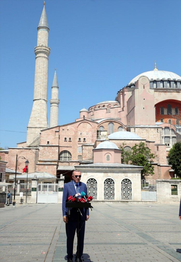 <p>Türkiye Cumhurbaşkanı Recep Tayyip Erdoğan, cuma namazını Ayasofya-i Kebir Cami-i Şerifi'nde kıldı. Cumhurbaşkanı Erdoğan, namazın ardından gazetecilere açıklamalarda bulundu.</p>  <p></p>