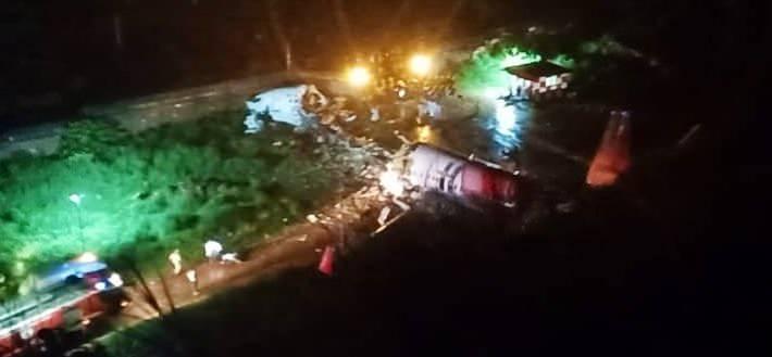 <p>İkiye bölünen uçakta ilk gelen bilgilere göre 2 kişi hayatını kaybetti, 35 kişi yaralandı.</p>