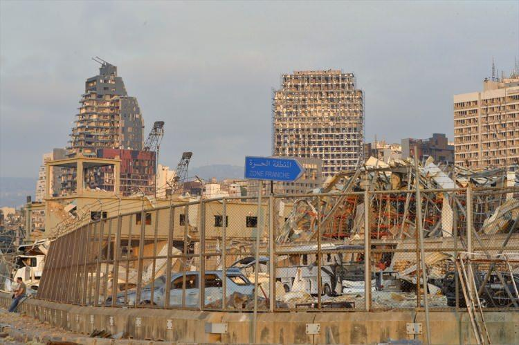 """<p>Son dakika haberine göre Yüksek Savunma Konseyi, başkent Beyrut'u """"felaket bölgesi"""" ilan etti. Yüksek Savunma Konseyi, başkentte 2 hafta olağanüstü hal (OHAL) kararı aldı</p>"""