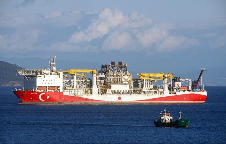 <p><strong>30 TANK AĞIRLIĞINCA YÜK KALDIRABİLİYOR</strong><br /> <br /> Fatih Sondaj Gemisi'nin 2 kulesi toplam 30 adet tank kaldırma kapasitesine sahip.</p>