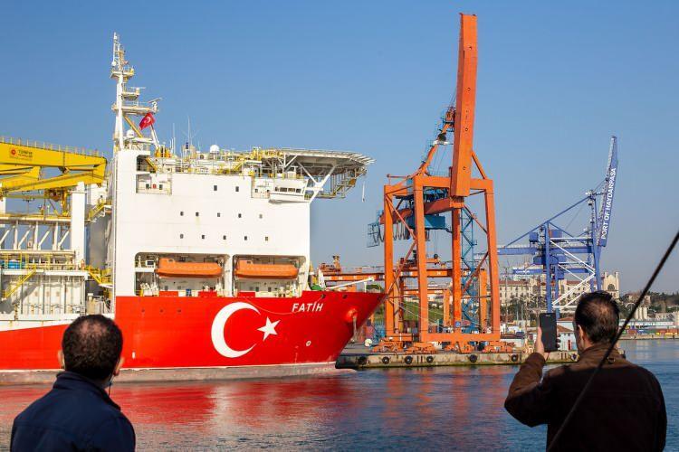<p><strong>FATİH SONDAJ DERİNLİĞİ</strong><br /> <br /> Fatih Sondaj Gemisi dünyanın en derin çukurundan daha derinde sondaj yapabilme kapasitesine sahip.</p>