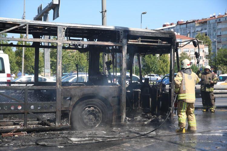 <p>Zeytinburnu metrobüste yangın çıktı. İhbar üzerine olay yerine çok sayıda itfaiye ekibi sevk edildi.</p>  <p></p>