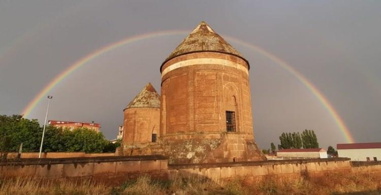 Gökkuşağının tarihi eserlerle bütünleştiği görüntüsü hayranlık uyandırıyor!