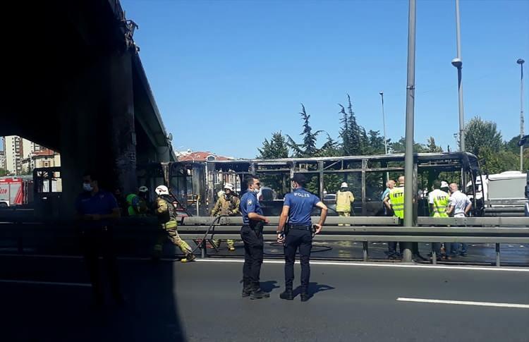 <p>Yangın sonrası metrobüs seferlerinde aksama yaşandı. Zeytinburnu'ndaki metrobüs yangını nedeniyle D-100 Ankara yönü trafiğe kapatıldı. Araçlar yan yola yönlendirildi.</p>