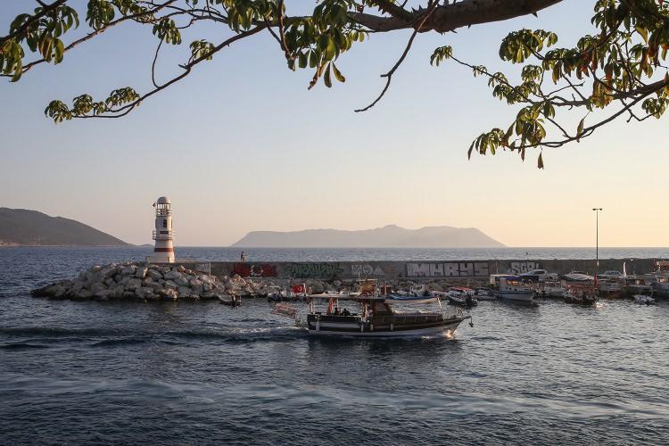 <p>Çoğunluğu Türkçe konuşan, restoranlarında ve işletmelerinde Türkçe menüler olan Meis Adası'nın sakinleri, her hafta cuma günü Kaş'ta kurulan pazar yerinde alışveriş yapıp, hafta sonunu da ilçede geçiriyor.</p>  <p></p>