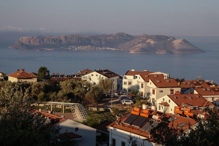 <p><strong>Meis Adası, Yunanistan'ın askeri sevkiyatı ile gündemde</strong></p>  <p>Meis Adası ile Kaş ilçesi arasındaki turizm ve ticarete, yıllar sonra Kovid-19 salgını nedeniyle ara verildi. Salgın nedeniyle birbirlerinden ayrı kalan iki kardeş şehir, şu sıralar Meis Adası'na Yunanistan'ın askeri sevkiyat yaptığı yönündeki haberlerle gündemde.</p>