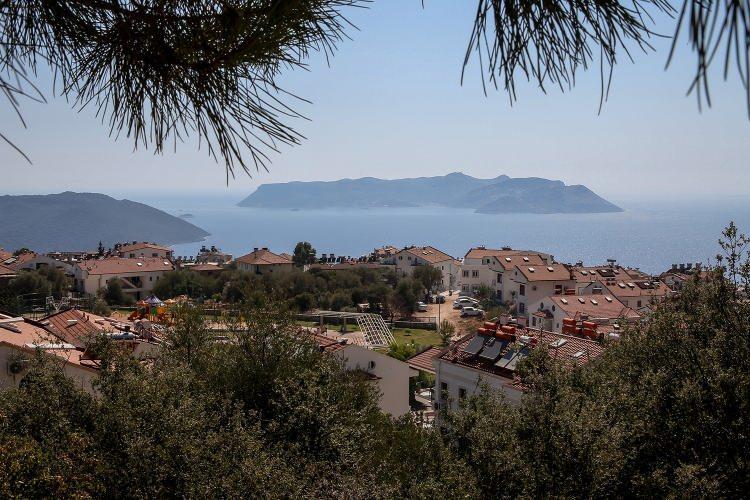 <p>Özgün mimarisi ve doğal yapısıyla ilgi gören 7,3 kilometrekare yüz ölçümüne sahip Meis (Kastellorizo) Adası, Kaş ilçesinin tam karşısında görüş mesafesinde bulunuyor.</p>  <p></p>