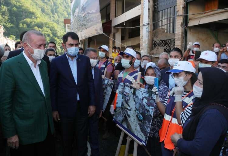 <p>Türkiye Cumhurbaşkanı Recep Tayyip Erdoğan, Giresun'daki temasları kapsamında, sel felaketinin yaşandığı Dereli ilçesinde incelemelerde bulundu. Cumhurbaşkanı Erdoğan'a, Cumhurbaşkanı Yardımcısı Fuat Oktay ile Çevre ve Şehircilik Bakanı Murat Kurum da eşlik etti.</p>  <p></p>