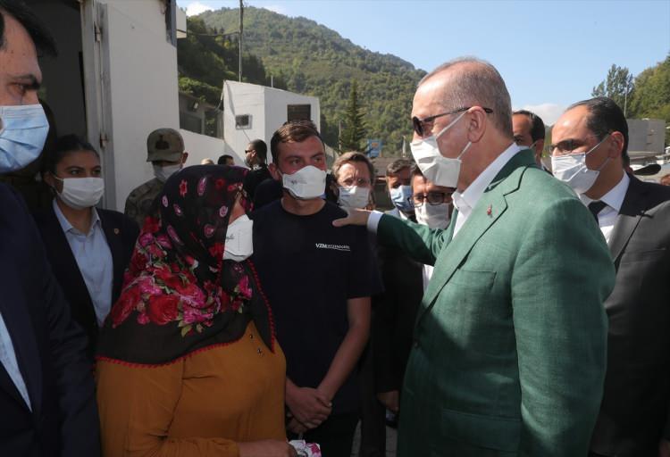 <p>Cumhurbaşkanı Recep Tayyip Erdoğan, helikopter ile sel felaketinin yaşandığı Giresun'un Dereli ilçesine geldi. Erdoğan, vatandaşlarla sohbet etti.</p>  <p></p>