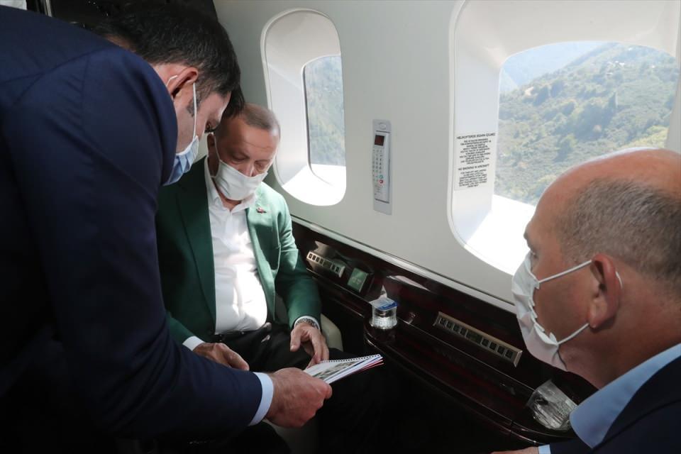 <p>Cumhurbaşkanı Erdoğan, Giresun'da meydana gelen sel felaketi bölgesini havadan inceledi. Erdoğan'a İçişleri Bakanı Süleyman Soylu ve Çevre ve Şehircilik Bakanı Murat Kurum brifing verdi.</p>  <p></p>