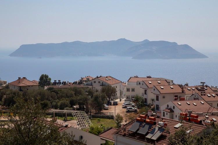 <p>Yunanistan'ın askeri sevkiyat yaptığı yönündeki haberlerle gündeme gelen, Türkçe adı Kızılhisar olan Meis Adası, Türkiye kıyılarından Antalya'nın Kaş ilçesine sadece 2,1, Yunanistan'ın ana karasına ise 580 kilometre uzaklıkta yer alıyor.</p>
