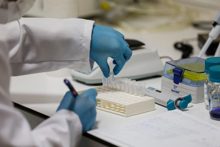 <p><strong>Sağlık Bakanı Fahrettin Koca;</strong><br /> <br /> Mart ayından bu yana mücadele ettiğimiz koronavirüs salgınında yeniden bir şiddetlenme yaşıyoruz. İzmir mercek altındaki illerden birisi.</p>  <p></p>