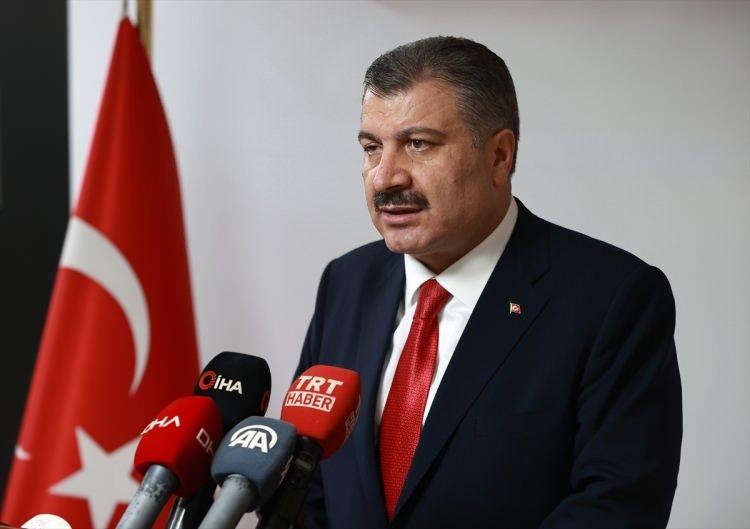 <p>Sağlık Bakanı Fahrettin Koca, İzmir'de açıklama yaptı. Bakan Koca, İzmir'de vakaların son bir ayda yüzde 42 artış gösterdiğini, yapılan müdahalelerle yüzde 10 seviyesine çekildiğini açıkladı.Koca ayrıca, salgının son günlerde yeniden şiddetlenmeye başladığını da vurguladı.</p>  <p></p>