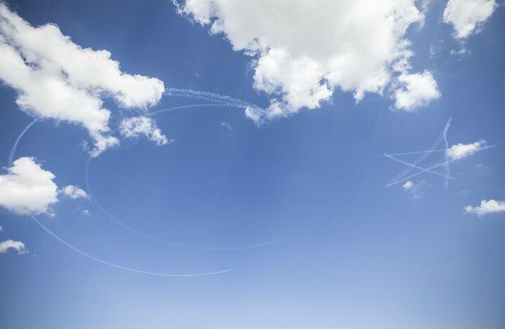 <p>İlk olarak SoloTürk, birbirinden değişik hareketler sergilediği uçuşla vatandaşların beğenisini topladı. Daha sonra Türk Hava Kuvvetlerinin akrobasi timi Türk Yıldızları kentin semalarında gösteri uçuşu yaptı. Türk Yıldızları, gökyüzüne dumanla ay ve yıldız çizerek Türk bayrağını resmetti.</p>