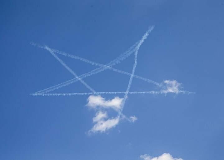 """<p>Dünyanın en başarılı akrobasi pilotlarından Red Bull sporcusu Dario Costa da havada hünerlerini sergiledi. Atak helikopterleri, havada """"harmandalı""""na eşlik etti.</p>"""