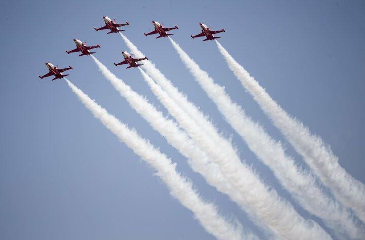 <p>Hava araçlarının gösterilerini vatandaşlar, Türk bayrağı sallayarak ve alkışlarla izledi.</p>
