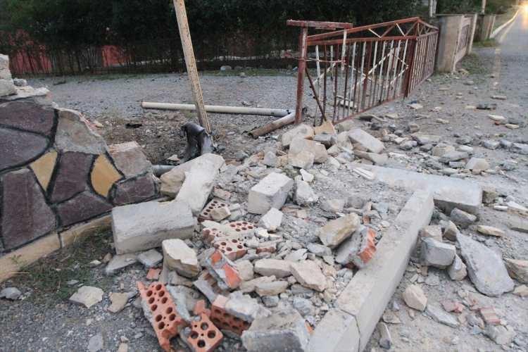 <p>Köy sakinlerinden Azad Ağayev, AA muhabirine yaptığı açıklamada, köylerinin yoğun ateş altında bulunduğunu bildirdi.</p>  <p></p>
