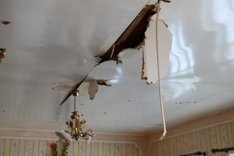 <p>Ermenistan ordusunun sivil yerleşim bölgelerini hedef alması sonucu evlerin çatısına havan mermisi düştü.<br /> </p>