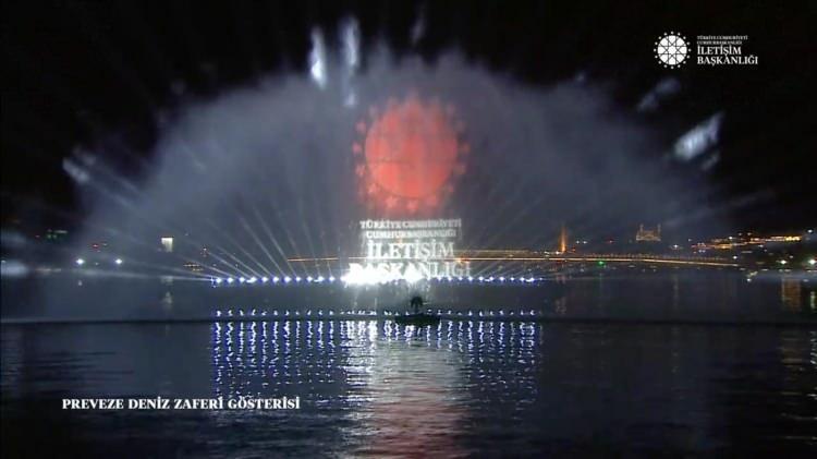 <p>Haliç'te su perdesi üzerindeki Preveze Deniz Zaferi temalı hologram gösterisi 5 dakika sürdü. Cumhurbaşkanlığı ve İletişim Başkanlığı sosyal medya hesaplarından canlı yayınlanan gösteride Preveze Deniz Zaferi'nin Türk ve dünya tarihi açısından önemi anlatıldı.</p>