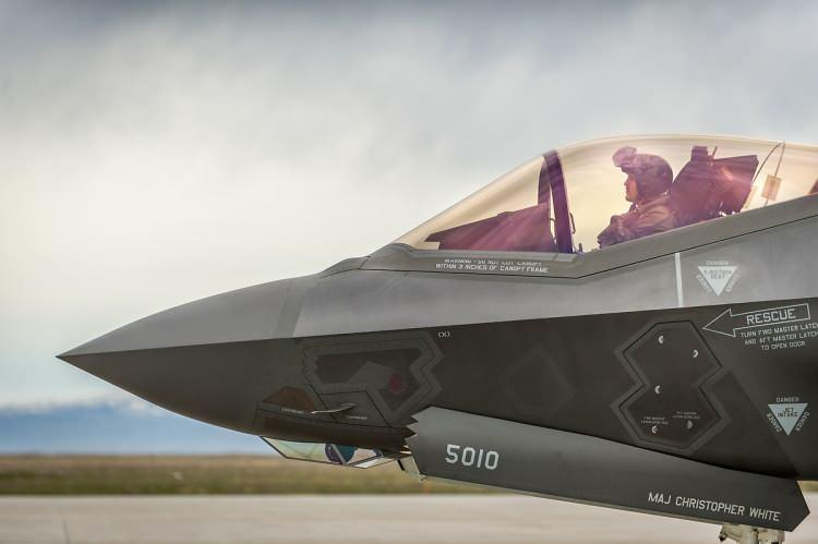 <p>The National Interest (NI) dergisinde yazan ABD'li analist Stephen Bryen, Çin Hava Kuvvetlerinin olası saldırıları karşısında ABD'nin Tayvan'a F-35 savaş uçaklarını kiralayarak yardım etmesi gerektiğini söyledi.</p>