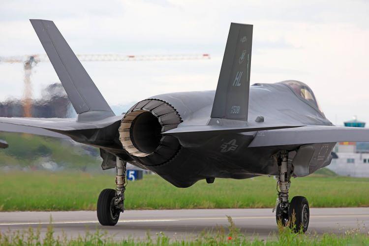 """<div>""""Mevcut jet filosuna bakıldığında, 2020'nin sonunda 140 F-16 jetinden 50'si yükseltilecek, ancak yine de Tayvan'ın 66 yeni F-16V versiyonunun teslimi için en az beş yıl beklemesi gerekecek"""" diyen Bryen, F-35'lerin kiralanmasının, yeni jetler satın almaktan veya tüm eski jetlerin yükseltilmesinden daha fazla finansal anlam ifade edeceğini de sözlerine ekledi.</div>  <div></div>"""