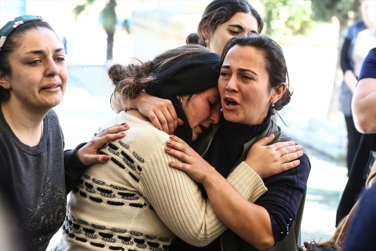 <p>Ermenistan, Azerbaycan'ın Gence şehrini füzelerle vurdu. Ermenistan'ın saldırısında Züleyha Şahmezerova'un kucağındayken hayatını kaybeden 1 yaşındaki Medine, annesiyle aynı tabutta defnedildi. Anne ve bebeğinin cenaze töreninde gözyaşları sel oldu.</p>  <p></p>