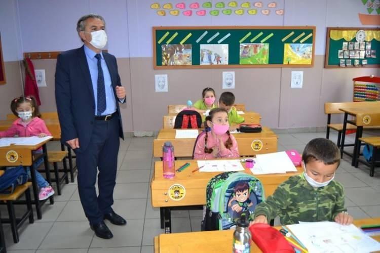 <p>İstanbul Valiliği'nin okullarla son dakika açıklaması:</p>  <p>2020-2021 Eğitim-Öğretim Yılında İstanbul'da okul öncesi ve ilkokul 1. Sınıflar 21 Eylül'de ders başı yapmışlardı. Bugün de liselerimizin hazırlık ve 12. sınıfları, ortaokul ve İmam-Hatip Ortaokullarımızın 8. sınıfları ile okul öncesi ve ilkokullarımızın tüm sınıflarında yüzyüze eğitim-öğretime başlıyoruz.</p>