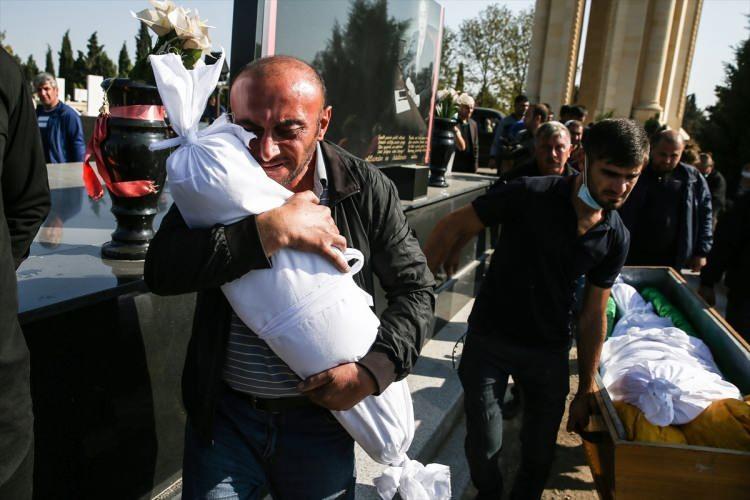 <p>Ermenistan'ın gece saatlerinde Gence'ye gerçekleştirdiği bombardımanında şehit düşen siviller toprağa veriliyor. Füze saldırısında annesi Züleyha Şahmezerova'un kucağındayken hayatını kaybeden 1 yaşındaki Medine, annesiyle aynı tabutta defnedildi.</p>  <p></p>