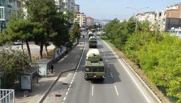 <p>Sinop'ta test atışlarını başarıyla tamamlayan S-400 hava savunma sistemini taşıyan askeri araçlar Ankara'ya dönerken Samsun'dan geçiş yaptı.</p>
