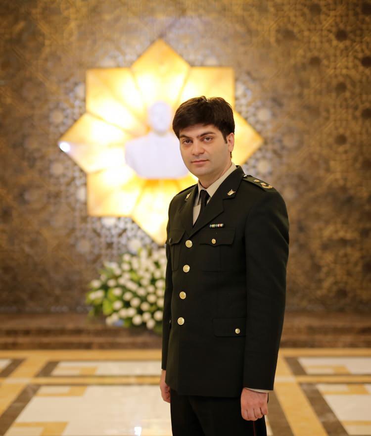 """<p>Yarbay Aliyev, """"Ermenistan tarafından atılan Fuzuli, Yevlax, Goranboy, Gence ve Terter arazilerinde 88 adet patlamayan bomba, 863 mühimmat, 2 drone, 178 roket mermisi bulundu. Bunun yanında Ermenistan SKAT, Tocka-u roket sistemi, misket bombası ve fosfor gazı kullanıyor. Misket bombası ve fosfor gazı silahlı kuvvetlerimiz tarafından etkisiz hale getirildi"""" dedi.</p>  <p></p>"""