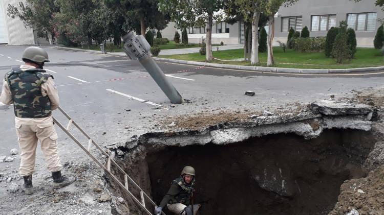 """<p>Azerbaycan Hukuki ve insan Hakları Meseleleri Daire Başkanı Yarbay Samet Aliyev konuyla ilgili ilk kez Demirören Haber Ajansı'na (DHA) konuştu. Aliyev """"Ermenistan misket bombası ve fosfor gazı kullanıyor. Misket bombası ve fosfor gazı silahlı kuvvetlerimiz tarafından etkisiz hale getirildi"""" dedi.</p>"""