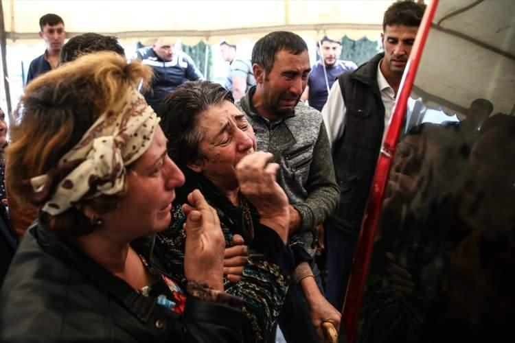 <div>Ermenistan'ın balistik füzelerle vurduğu Azerbaycan'ın Gence kentindeki saldırıda hayatını kaybeden 2'si çocuk 8 kişi son yolcuğuna uğurlandı. Hayatını kaybedenlerin yakınları gözyaşlarını tutamadı.</div>  <div></div>