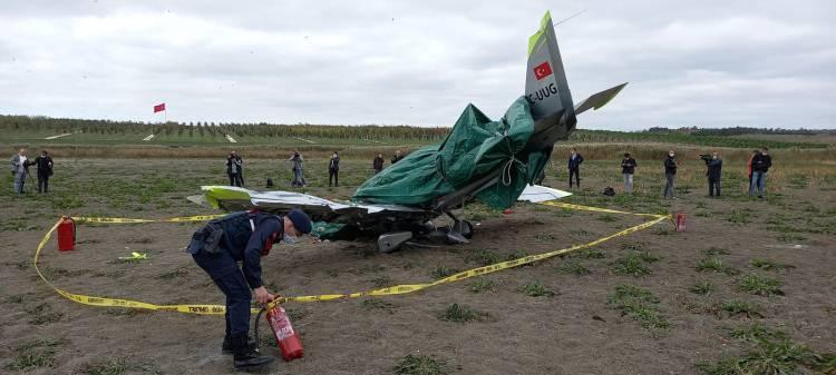 <p>Motor arızası nedeniyle inişe geçtiği sırada 11.05'da düşen uçağın için de öğrenci pilot sıkıştı. Olay yerine sağlık, polis ve itfaiye ekipleri sevk edildi. Ekipler pilotu çıkarmak için çalışma başlattı.</p>