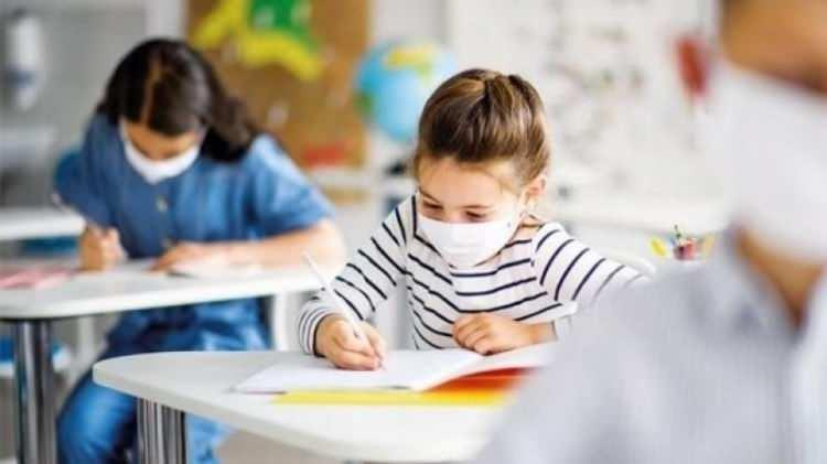 <p>Ancak velisi tarafından okula gönderilmeyen öğrenciler uzaktan eğitimle derslerine devam edecek. Öğrenciler devam ettiği sınıfın müfredatından sorumlu olacak, tüm konu ve kazanımlardan yapılacak ölçme ve değerlendirmelere katılacaklar.</p>