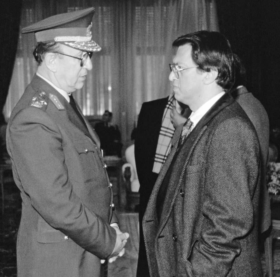 <p>15 Ocak 2009-2011 yılları arasında ANAP ve Doğru Yol Partisi'nin birleşmesi sonucu kurulan Demokrat Parti'de siyasi yaşamına devam etti.<br /> <br /> <em>Fotoğraf:Cumhurbaşkanı Cumhurbaşkanı Turgut Özal yurtdışından döndü. Başbakan Süleyman Demirel ve ANAP Genel Başkanı Mesut Yılmaz karşıladı.</em></p>  <p></p>