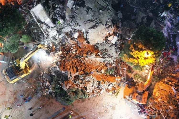 <p>Deprem sonrası yıkılan ve hasar gören 17 binada arama kurtarma çalışmaları devam ediyor.</p>