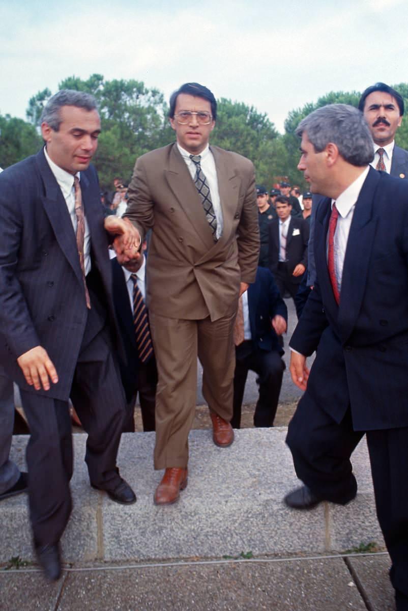<p>Mesut Yılmaz 15 Haziran ANAP Kongresinde Başbakan Yıldırım Akbulut' a karşı genel başkan seçildi. Yılmaz ertesi gün Anıtkabir'e gitti.</p>  <p></p>