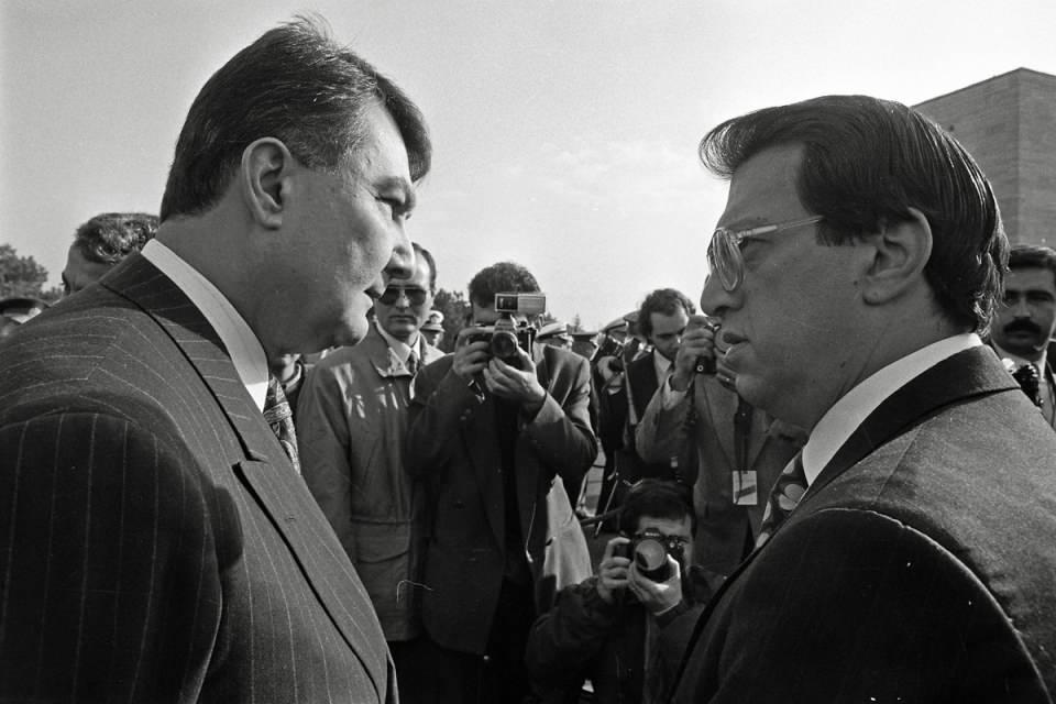 <p>1986 ve 1990 yılları arasında Turgut Özal tarafından kurulan hükûmetlerde Dışişleri Bakanı ve Kültür ve Turizm Bakanı olarak görev yaptı.<br /> <br /> <em>Fotoğraf:Devlet erkanı, 29 Ekim Cumhuriyet Bayramı dolayısıyla Anıtkabir'i ziyaret etti.</em></p>  <p></p>