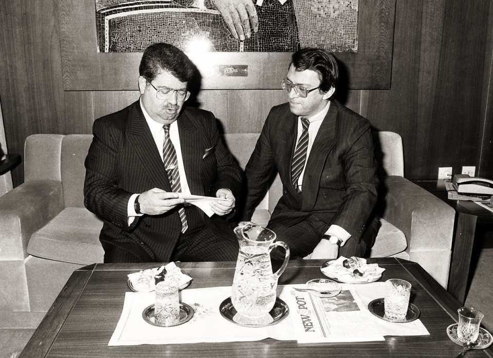 <p>1971 yılında Ankara Üniversitesi Siyasal Bilgiler Fakültesi Maliye ve İktisat1972-1974 yılları arasında Almanya'nın Köln Üniversitesi İktisadi ve Sosyal Bilimler Fakültesi'nde yüksek lisans çalışması yaptı.<br /> <br /> <em>Fotoğraf: Başbakan Turgut Özal, bir gezi dönüşü Esenboğa Havalimanı'na geldi. Özal, havalimanında Devlet Bakanı Mesut Yılmaz ile buluştu.</em></p>