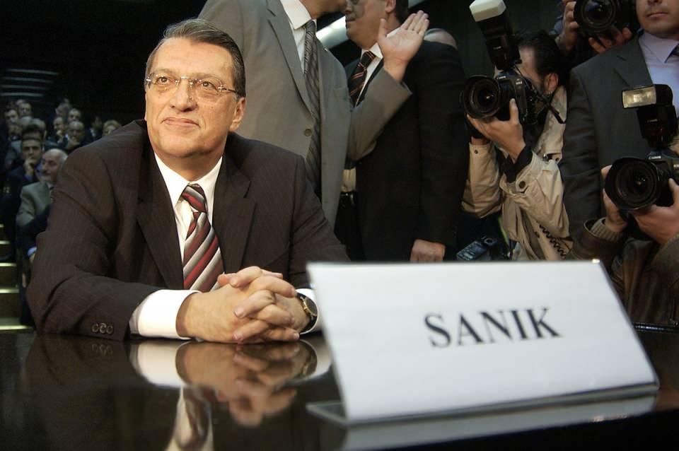 """<p>Cumhuriyet tarihinde Yüce Divan'da yargılanan ilk başbakan oldu.<br /> <br /> <em>Fotoğraf:Eski Başbakan Mesut Yilmaz ve eski Devlet Bakani Güneş Taner, """"Türkbank ihalesine fesat karıştırdıkları"""" iddiasiyla Yuce Divan'da. Mesut Yılmaz ve eşi Berna Yılmaz beraber Anayasa Mahkemesi'ne geldiler.</em></p>  <p></p>"""