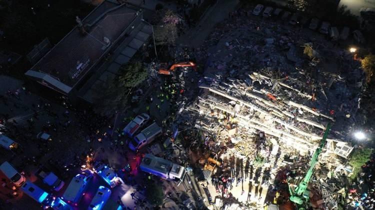 <p>4 bina tamammen yıkıldı, 20'ye yakın bina hasar gördü. Depremin ardından arama-kurtarma ekipleri vakit kaybetmeden harekete geçti.</p>