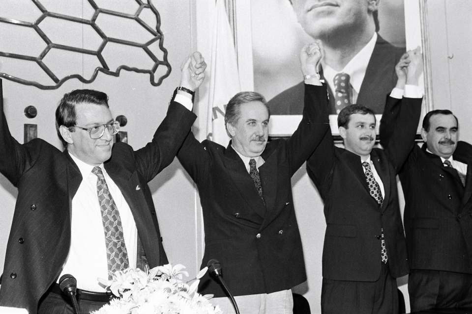 <p>1983 yılının Mayıs ayında kurulan Anavatan Partisi'nde kurucu üye ve Genel Başkan yardımcısı oldu. Aynı yıl Kasım ayında yapılan genel seçimde Rize Milletvekili seçildi.<br /> <br /> <em>Fotoğraf:Mesut Yılmaz Belediye Başkan Adaylarıyla</em></p>  <p></p>