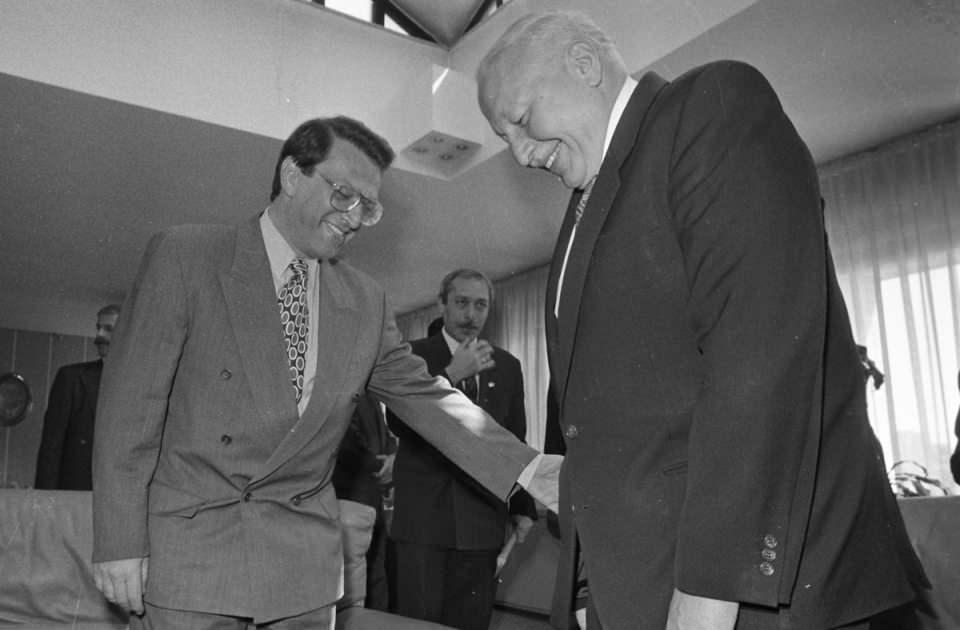 """<p>Türk siyasi tarihinin karanlık sayfalarında yerini alan ve """"Postmodern darbe"""" olarak nitelendirilen 28 Şubat 1997'deki askeri müdahaledeki tepki çeken tutumu hafızalardan silinmedi.<br /> <br /> <em>Fotoğraf:1995 genel seçimlerinden birinci parti olarak çıkan RP lideri Necmettin Erbakan, ANAP lideri Mesut Yılmaz ile Koalisyon görüşmelerine başladı (Ocak 1996)</em></p>  <p></p>"""