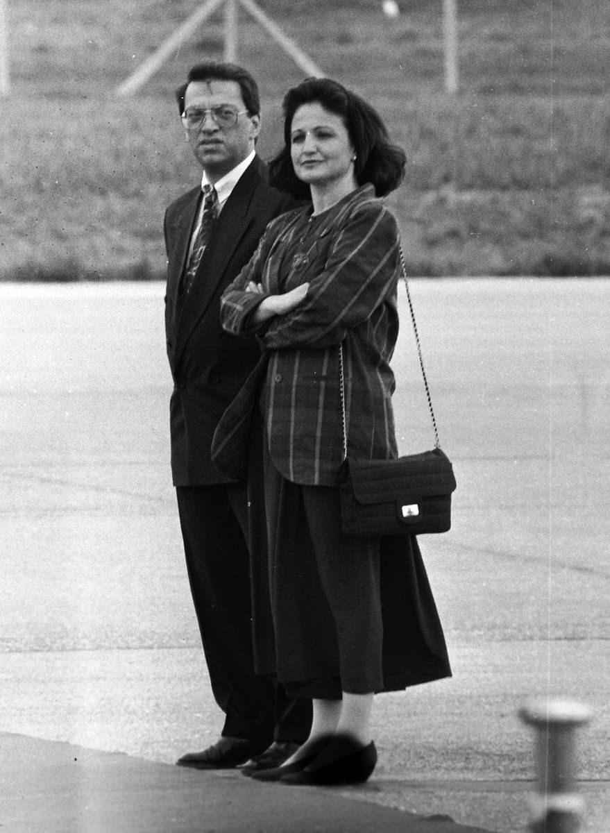 <p>1997-1999 yılları arasında da başbakan olarak görev yaptı.<br /> <br /> <em>Fotoğraf:Cumhurbaşkanı Turgut Özal, ABD'ye yaptığı resmi ziyareti tamamlayarak yurda döndü. Özal, Ankara Esanboğa Havalimanı'nda başbakan ve bakanlar tarafından karşılandı.</em></p>  <p></p>