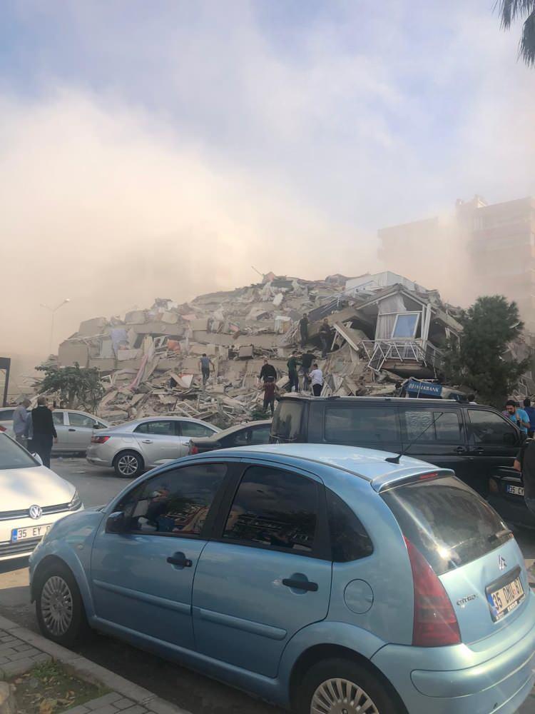 deprem sonrasi izmirden korkutan fotograflar vatandaslar sokaklara dokuldu 1604061025 0532 w750 h1000