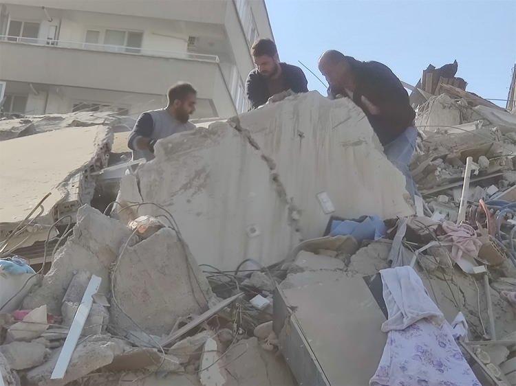 deprem sonrasi izmirden korkutan fotograflar vatandaslar sokaklara dokuldu 1604061216 3563 w750 h562