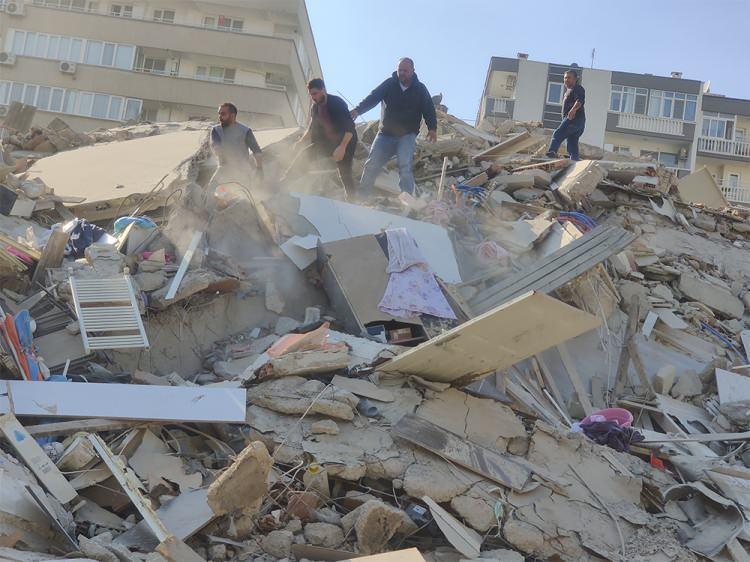 deprem sonrasi izmirden korkutan fotograflar vatandaslar sokaklara dokuldu 1604061231 8866 w750 h562