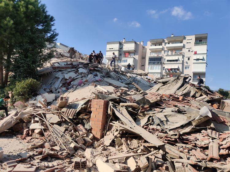 deprem sonrasi izmirden korkutan fotograflar vatandaslar sokaklara dokuldu 1604061347 6169 w750 h562
