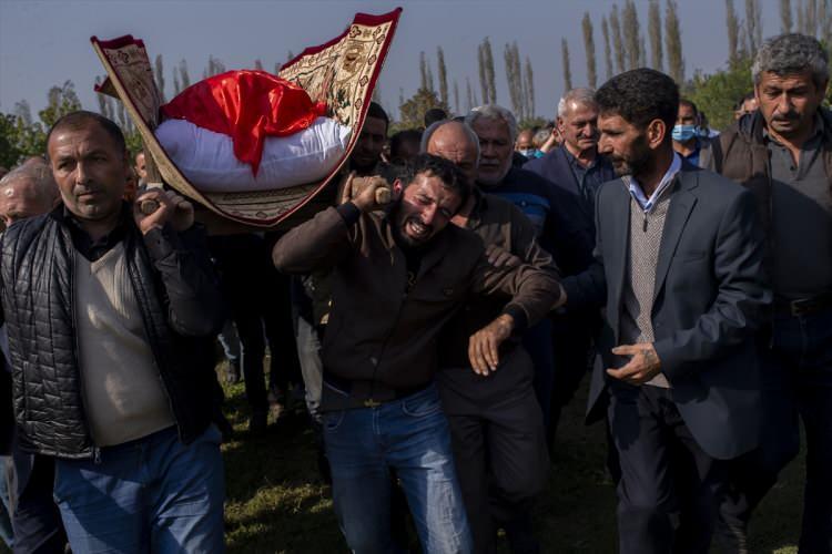 <p>Azerbaycanlı 21 sivil in hayatını kaybettiği Ermenistan'ın dünkü misket bombası saldırısında eşiyle birlikte doktordan çıkıp eczaneden ilaç almak isterken misket bombasının kendisine isabet etmesi sonucu ölen 51 yaşındaki Fazıl Hacıyev, Berde'nin Niftçi köyünde kılınan cenaze namazı sonrası yakınları tarafından köy mezarlığında defnedildi.</p>  <p></p>